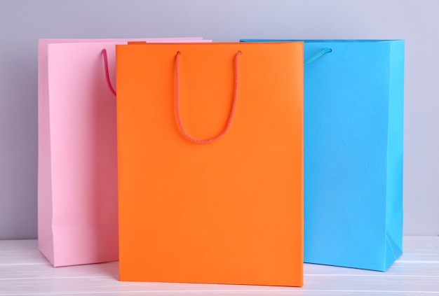 カラフルな紙の買い物袋