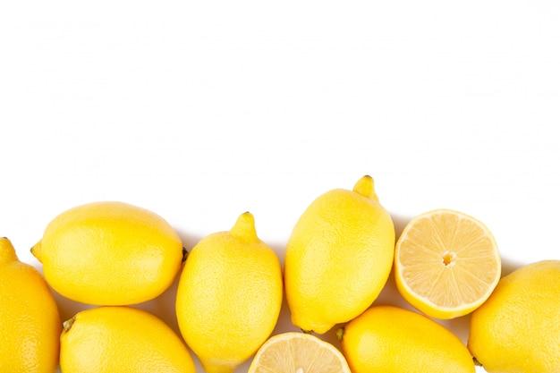 白い背景で隔離のレモン。トロピカルフルーツ。