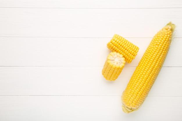 白の穂軸に新鮮なトウモロコシ