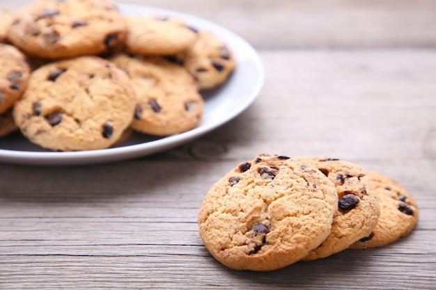 Шоколадное печенье на тарелке на сером фоне деревянных