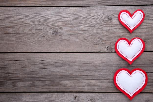 バレンタインの日グリーティングカード。灰色の背景に手作りの心。