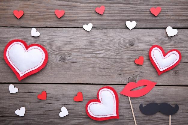 灰色の背景に装飾が施されたバレンタインデーの背景。