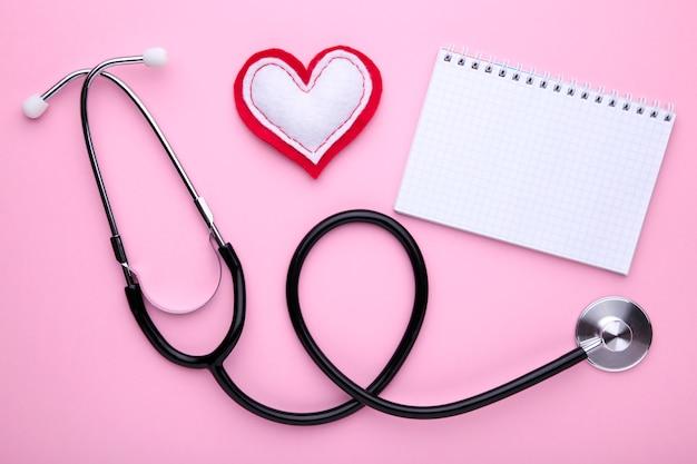 ピンクのノートブックと聴診器