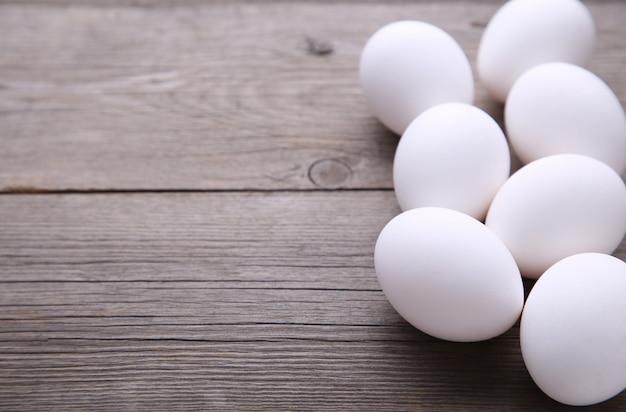 Куриные яйца на сером столе.