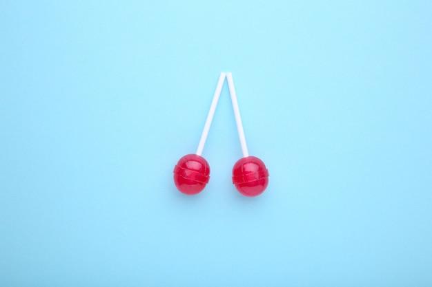 青いテーブルのロリポップ。甘いお菓子のコンセプト