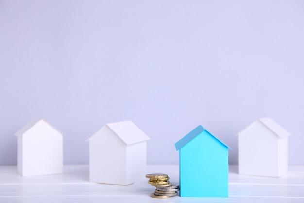 Бумажный городок. бумажный дом и бумажное здание с монетой