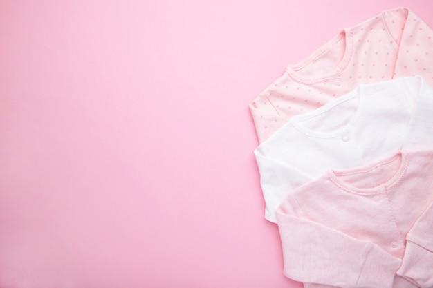 Детская одежда для новорожденной девочки на розовом