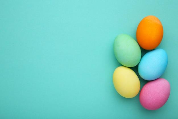 Красочные пасхальные яйца на мяте