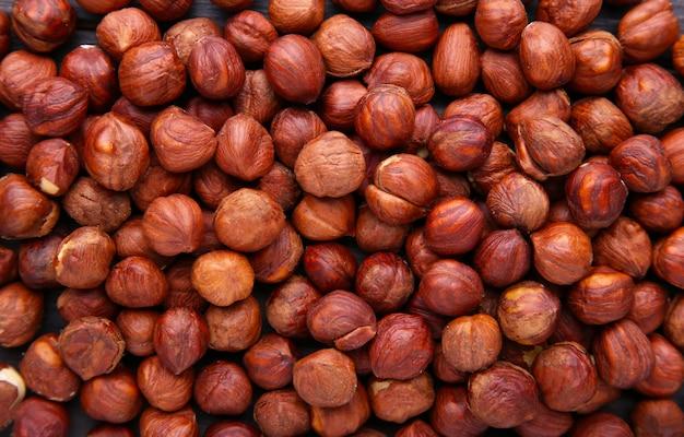 Текстура лесного ореха и. куча очищенных лесных орехов.