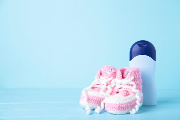 Детские пинетки с душевыми принадлежностями на голубом