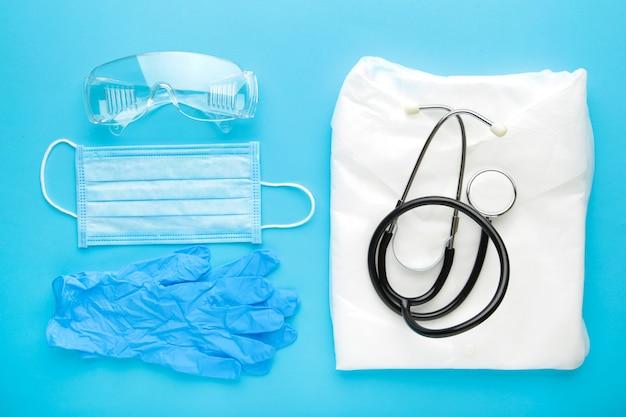 Перчатки, маска, халат и защитные очки для личной защиты. коронавирус