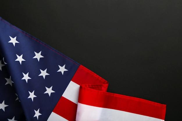 コピースペースと黒の背景にアメリカの国旗