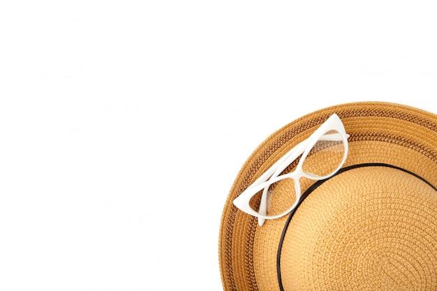 Винтаж изготовить соломенную шляпу и солнцезащитные очки изолированы.
