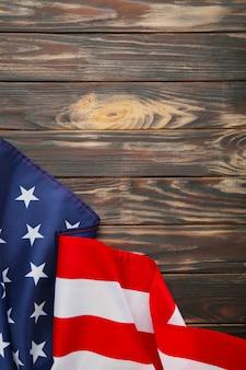 Радуга флаг лгбт на коричневый деревянный фон с копией пространства. вертикальная фотография