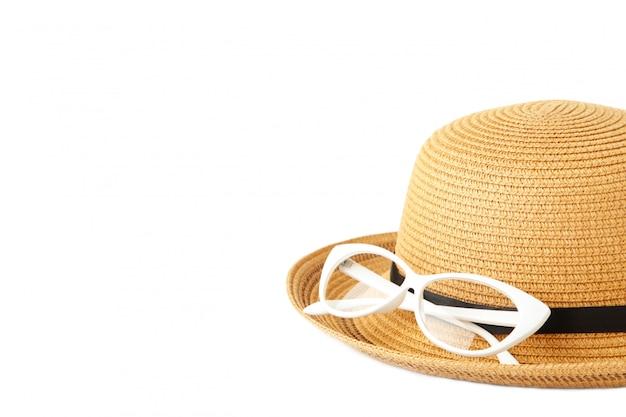 Винтажные соломенная шляпа и очки на белом фоне