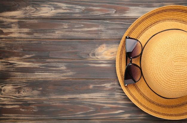 Винтажные изготовить соломенную шляпу и солнцезащитные очки на коричневом