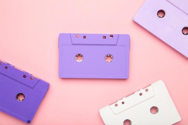 ピンクの背景に古いカラフルなカセット。音楽の日