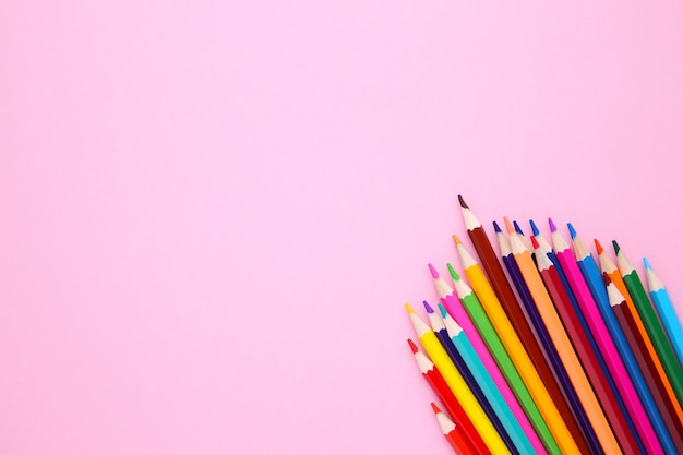 ピンクの多くの異なる色鉛筆