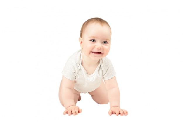 白い背景に分離された面白いクロール赤ちゃん女の子