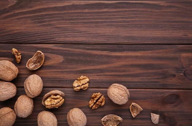 茶色の木製の背景にクルミカーネル。クルミの健康食品