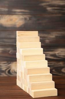 Деревянный блок укладки как ступеньки. бизнес-концепция для роста успеха процесса.