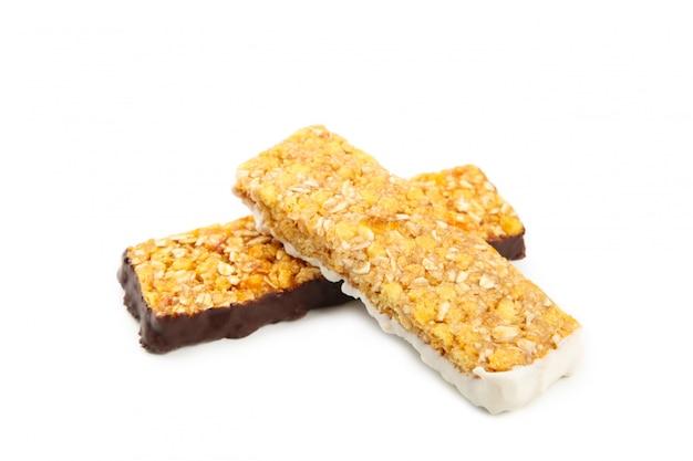 Медовые батончики с арахисом на белом фоне