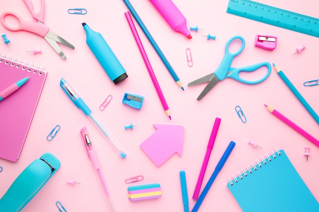 Школьные принадлежности на розовом фоне. обратно в школу. квартира лежала. минимализм