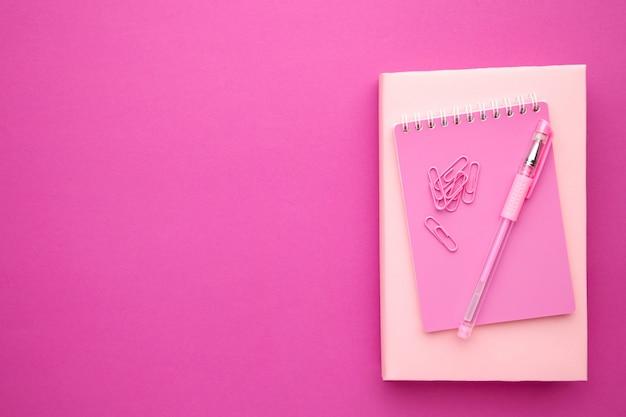 Обратно в школу концепции на сером фоне розовый. вид сверху