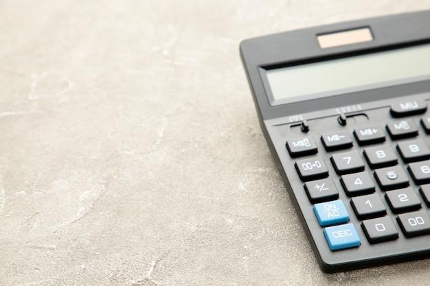Калькулятор на сером фоне бетона с копией пространства
