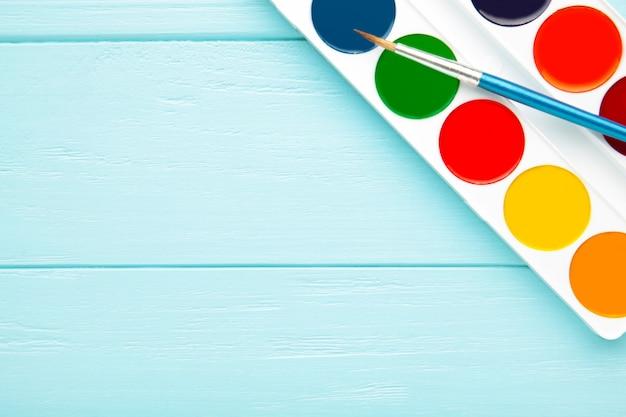 青い木製のブラシで設定された水彩絵の具
