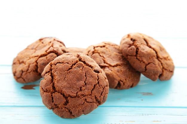 青い木製のテーブルの上のチョコレートチップクッキー