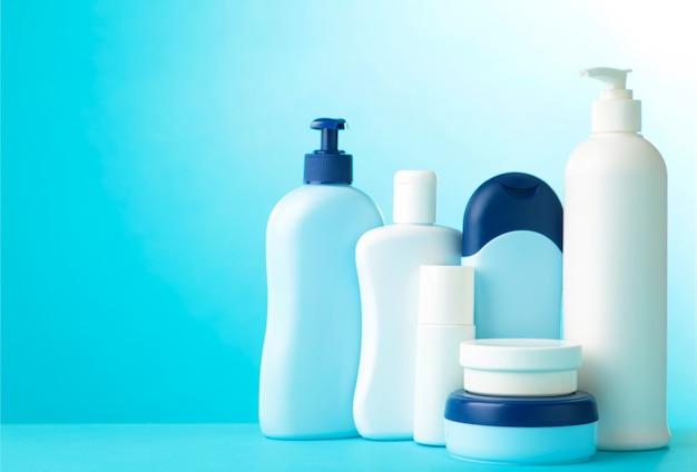青色の背景に別の化粧品ボトル