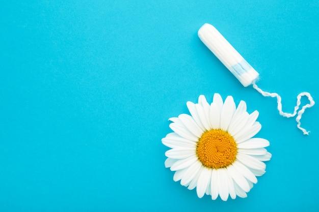 薬用カモミールの花と生理用タンポン。女性の重要な日、婦人科の月経周期。