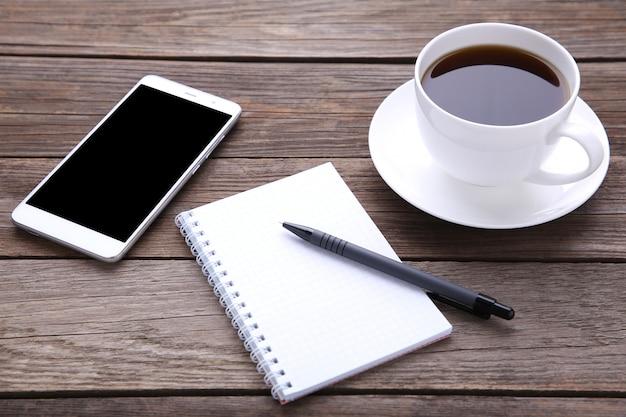 Смартфон с ноутбуком и чашкой кофе