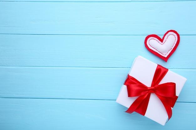 День святого валентина подарок с сердечками на синем фоне