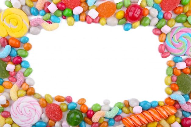 カラフルなロリポップと分離された異なる色の丸いキャンディ