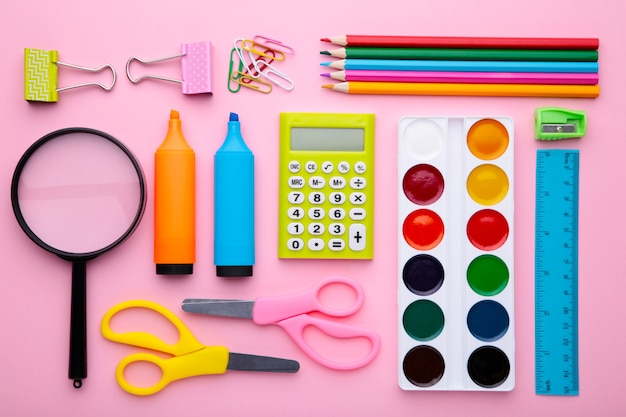 ピンクの背景、トップビューで学校概念に戻る