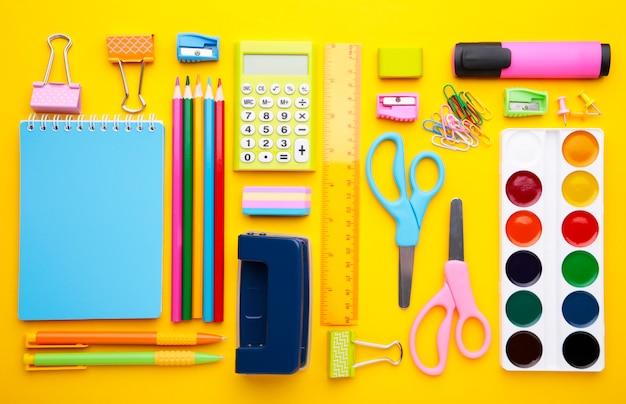 黄色の背景に学校概念に戻る
