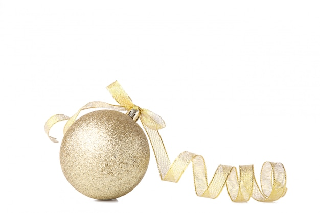 白い背景の上のリボンとゴールドのクリスマスボール