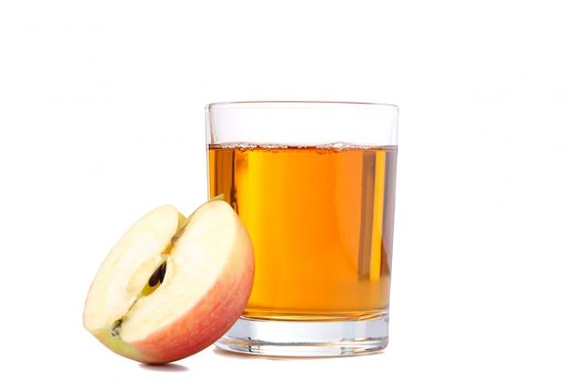 白で隔離されるジュースと赤いリンゴ