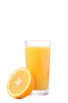 白で隔離されるオレンジとオレンジジュースのガラス