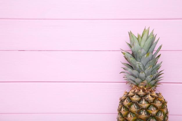コピースペースとピンクの背景に熟したパイナップル