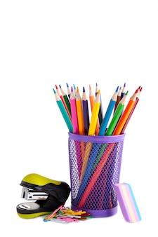 白で隔離されるガラスの色鉛筆