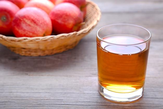 灰色の背景にジュースと赤いリンゴ
