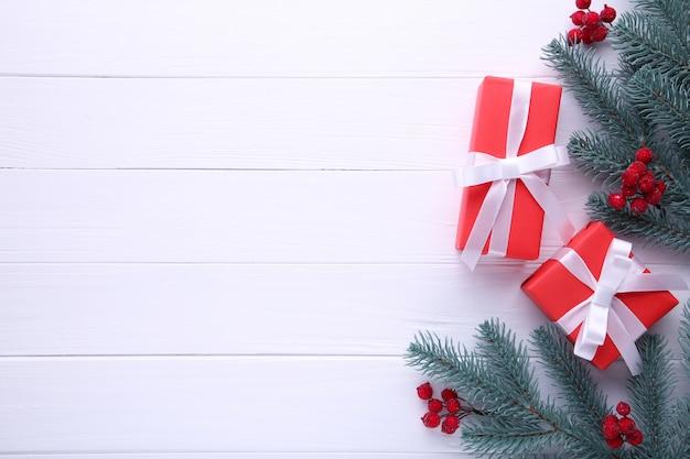 白い背景にガマズミ属の木とギフトプレゼントボックス。