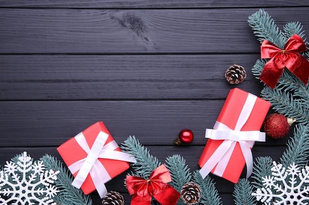 クリスマスプレゼントは、黒の背景に装飾をプレゼントします。