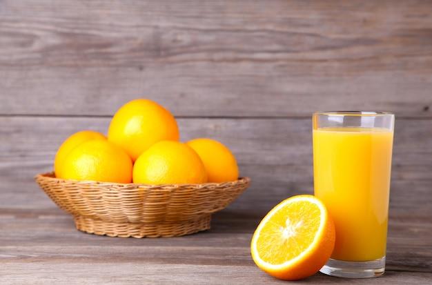 木製のテーブルにオレンジジュースのガラス