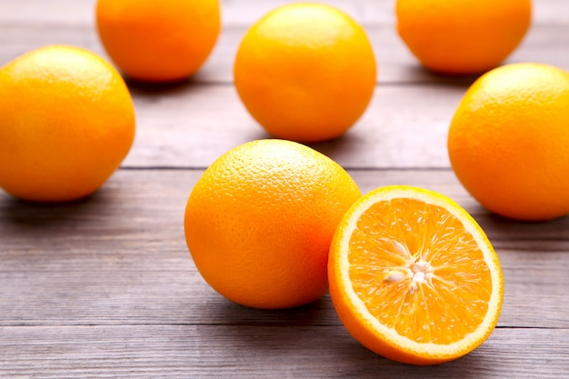 灰色の背景に熟したオレンジ色の果物