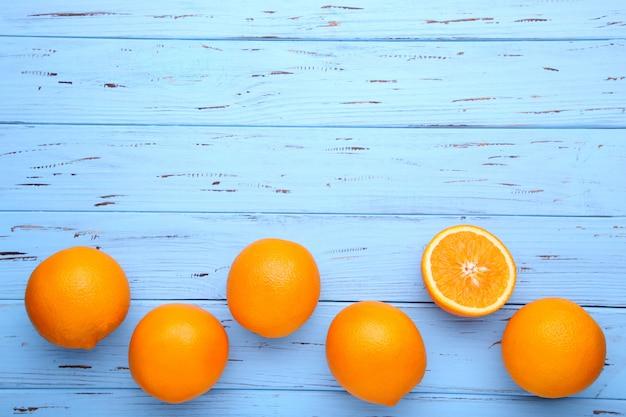青色の背景に熟したオレンジ色の果物