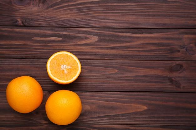 茶色の背景に熟したオレンジ色の果物